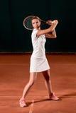 Sportswoman på tennisbanan med racqueten Arkivfoton