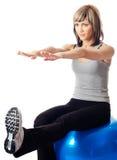 Sportswoman que exercita em uma esfera da aptidão Fotografia de Stock Royalty Free