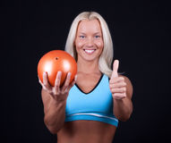 Sportswoman que prende a esfera pequena fotografia de stock