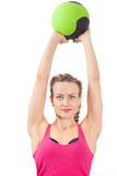 Sportswomanen skallr den gröna bollen Royaltyfria Bilder