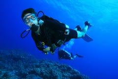 Sporttauchen auf Korallenriff Stockbilder