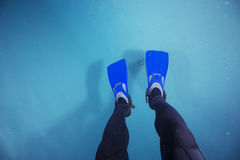 Sporttauchen-Flossen im Pool Lizenzfreie Stockbilder