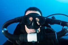 Sporttaucher auf einem Ruhestrom-rebreather Stockfoto