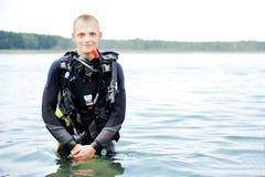 Sporttaucher auf Wasser Stockbild