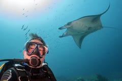 Sporttaucher und Manta im blauen Ozeanhintergrundporträt lizenzfreie stockbilder