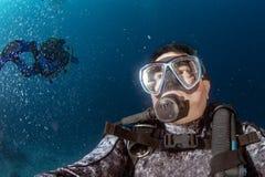 Sporttaucher Unterwasser-selfie Portr?t im Ozean lizenzfreie stockfotografie