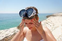 Sporttaucherfrau kann nicht wegen der Sonne sehen stockfotografie