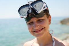 Sporttaucherfrau kann nicht wegen der Sonne sehen lizenzfreie stockfotografie