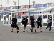 Sportteams kommen zum Olympiapark RUSSE 2014 Sochis Autodrom FORMEL-1 GRANDPRIX Lizenzfreies Stockfoto