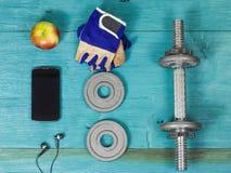 Sporttillbehör för kondition på det blåa golvet Fotografering för Bildbyråer