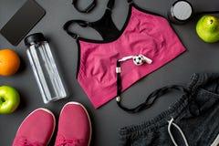 Sporttillbehör för kondition på det mörka golvet sund livsstil för begrepp royaltyfri foto