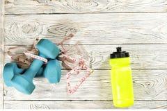 Sporttillbehör Hantlar flaska, cmband Royaltyfri Fotografi