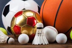 Sporttillbehör skovlar, pinnar, bollar och mer Fotografering för Bildbyråer