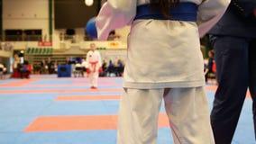 Sporttonåringar - ungeidrottsmän på karatetatamien - ordnar till för kamp lager videofilmer