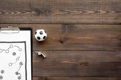 Sporttrainerkonzept Auflage mit Taktikplan des nahen Pfeifen- und Fußballballs des Matches auf Draufsicht des hölzernen Hintergru stockbild