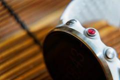 Sportuhr in der weißen Farbe auf Holztisch, intelligente Uhr für Betrieb und Eignungstraining lizenzfreies stockfoto