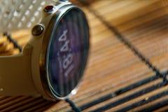 Sportuhr in der weißen Farbe auf Holztisch, intelligente Uhr für Betrieb und Eignungstraining lizenzfreies stockbild