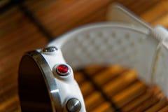 Sportuhr in der weißen Farbe auf Holztisch, intelligente Uhr für Betrieb und Eignungstraining stockfotografie