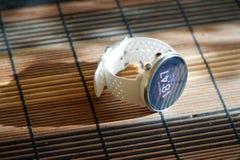 Sportuhr in der weißen Farbe auf Holztisch, intelligente Uhr für Betrieb und Eignungstraining lizenzfreie stockbilder