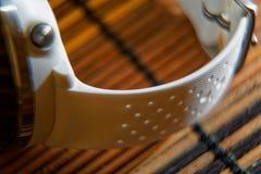 Sportuhr in der weißen Farbe auf Holztisch, intelligente Uhr für Betrieb und Eignungstraining lizenzfreie stockfotografie