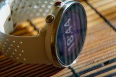 Sportuhr in der weißen Farbe auf Holztisch, intelligente Uhr für Betrieb und Eignungstraining stockfoto