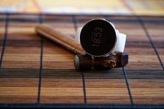 Sportuhr in der weißen Farbe auf Holztisch, intelligente Uhr für Betrieb und Eignungstraining Hammer mit Holzgriff auf Hintergrun stockfotos