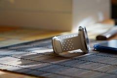Sportuhr in der weißen Farbe auf Holztisch, intelligente Uhr für Betrieb und Eignungstraining Hammer mit Holzgriff auf Hintergrun stockfotografie
