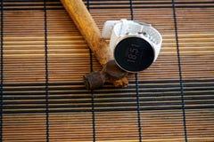 Sportuhr in der weißen Farbe auf Holztisch, intelligente Uhr für Betrieb und Eignungstraining Hammer mit Holzgriff auf Hintergrun lizenzfreie stockbilder