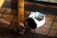 Sportuhr in der weißen Farbe auf Holztisch, intelligente Uhr für Betrieb und Eignungstraining Hammer mit Holzgriff auf Hintergrun lizenzfreies stockbild