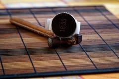 Sportuhr in der weißen Farbe auf Holztisch, intelligente Uhr für Betrieb und Eignungstraining Hammer mit Holzgriff auf Hintergrun stockbild