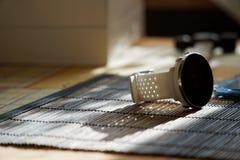 Sportuhr in der weißen Farbe auf Holztisch, intelligente Uhr für Betrieb und Eignungstraining Hammer mit Holzgriff auf Hintergrun stockbilder