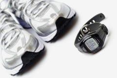 Sportuhr und laufende Schuhe Lizenzfreie Stockfotos
