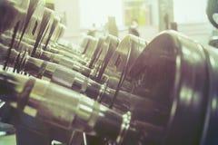 Sportuitrusting in de gymnastiek voor oefening stock afbeelding