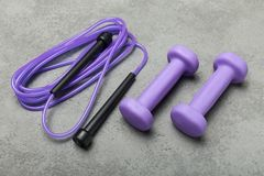 Sportuitrusting op een grijze lijst voor sporten Sportentoebehoren stock afbeelding