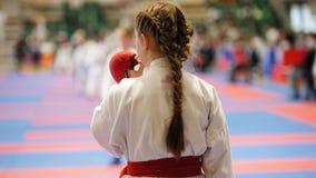 Sportungar - tonåringflickaidrottsmän på karate använder en skyddande mouthguard Royaltyfri Bild