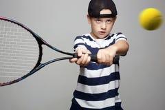 Sportunge Barn med den tennisracket och bollen arkivbilder