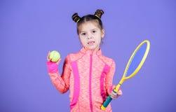 Sportuppfostran Liten cutie gillar tennis Litet behandla som ett barn den sportiga leken för dräktlektennis Undervisa mig hur man royaltyfri bild