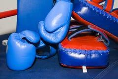 Sportutrustning för boxning Arkivfoton