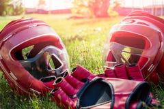 Sportutrustning för hand-till-hand strid ligger på gräset royaltyfri foto