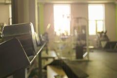 Sportutrustning i idrottshallen för övning arkivbild