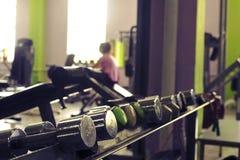Sportutrustning i idrottshallen för övning arkivbilder