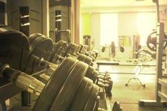 Sportutrustning i idrottshallen för övning royaltyfria bilder
