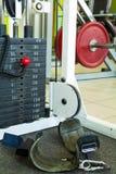 Sportutrustning i idrottshallen för övning Arkivfoton