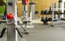Sportutrustning i idrottshallen för övning royaltyfri bild