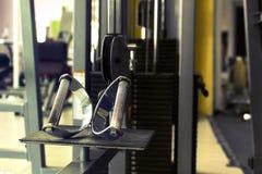 Sportutrustning i idrottshallen för övning arkivfoto
