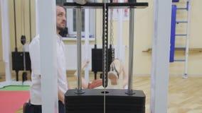 Sportutrustning lyftande vikter Övningar i konditionrum Sund gymnastik arkivfilmer