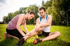 Sportverletzung - helfende Hand Lizenzfreies Stockbild