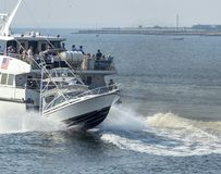 Sportvisser en het kielzog van de hoge snelheidsveerboot Royalty-vrije Stock Foto's