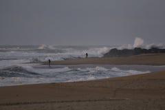 Sportvissers op een strand in een stormachtige middag Royalty-vrije Stock Foto's