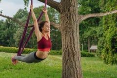 Sportvrouw ademhaling kalm en langzaam tijdens anti-gravity asana royalty-vrije stock afbeelding